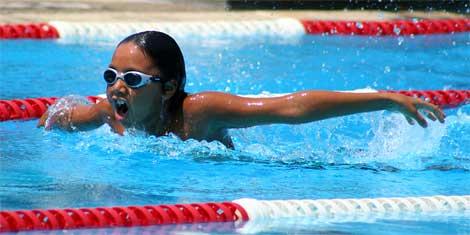 joven nadando