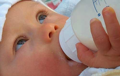 Bebé alimentándose
