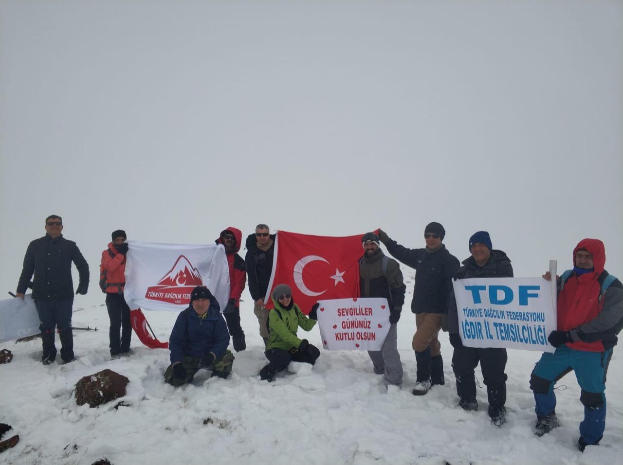 Iğdırlı dağcılar 14 Şubat Sevgililer Gününü Zor Dağı zirvesinde kutladı.