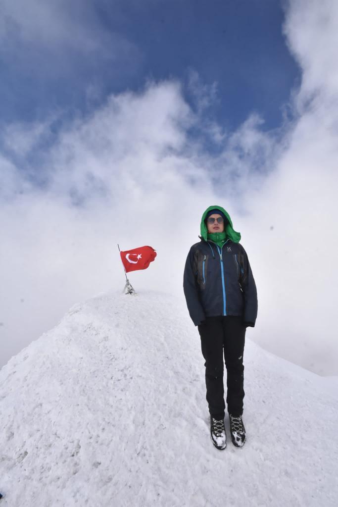 Görme engelli Melisa Yılmaz Türkiye' nin çatısı olan Ağrı'nın zirvesinde