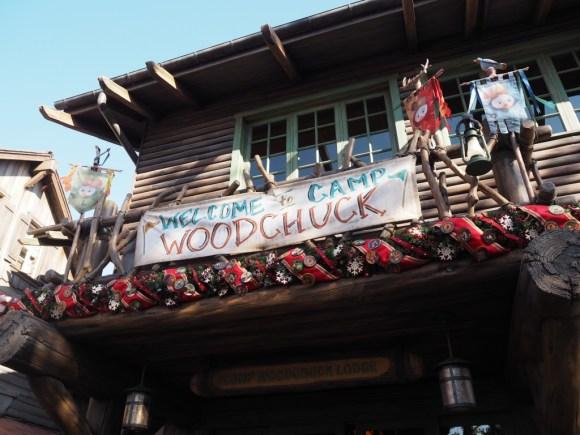 キャンプ・ウッドチャック・キッチン クリスマス 入口