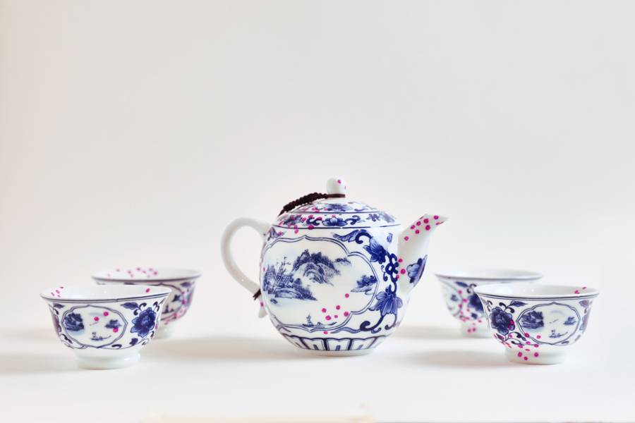 Coronavirus Tea Set Art, 1 teapot in the middle of 4 chinese tea cups with pink dots of covid-19
