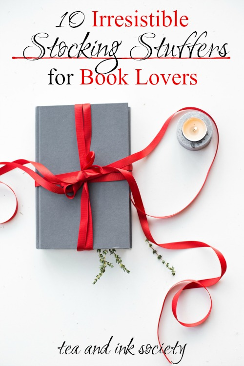 Yes, please!! Book lovers will adore this list of literary stocking stuffers! These stocking stuffers for bookworms make the ideal addition to your reading nook or around your home. #bookishgifts #giftguide