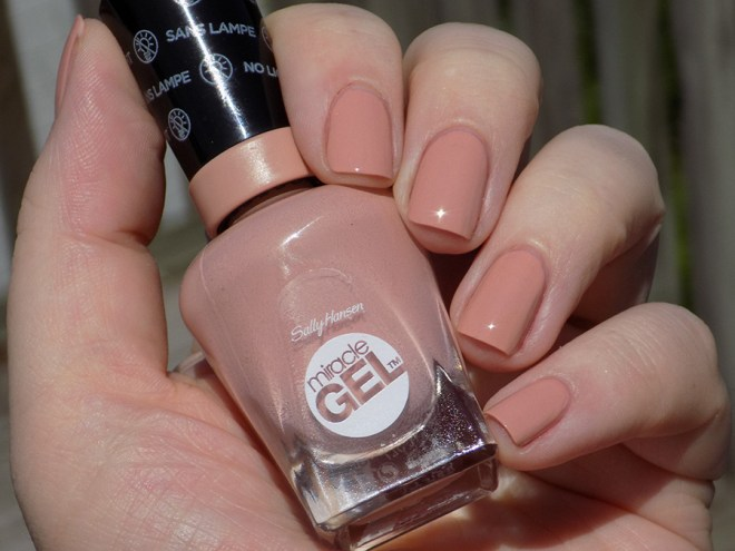 Sally Hansen Miracle Gel 184 Frill Seeker - Swatch in Sunlight