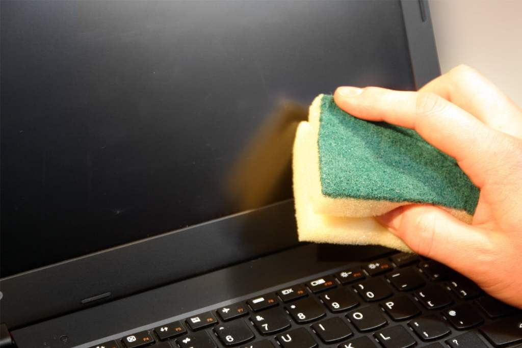 how to clean the laptop screen with a sponge