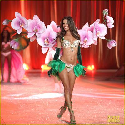 adriana-lima-alessandra-ambrosio-victorias-secret-fashion-show-2012-05