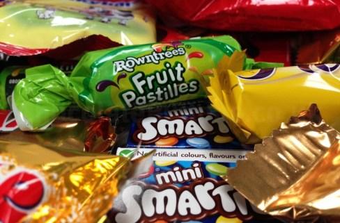 giant-chocolate-mix-sweet-drop-gift-box-close.jpg