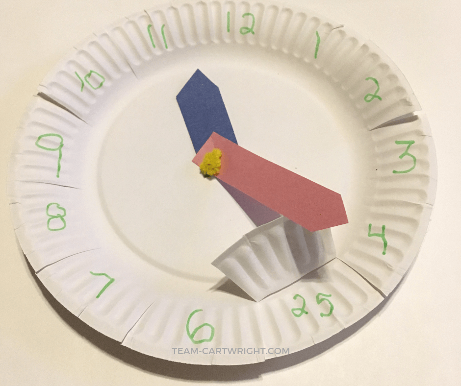 Teach your child to tell time using paper plates! Make your own learning clock and watch your child explore! #clock #paper #plate #time #preschool #kids #learning #activity Team-Cartwright.com