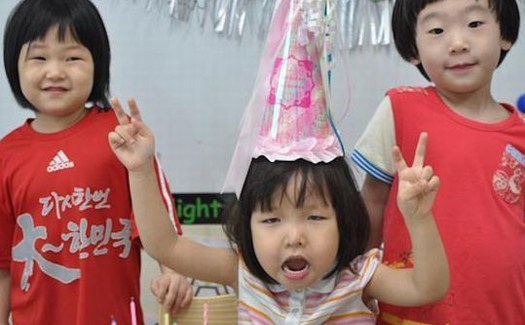 little girl's birthday party peace signs Bad Family Portraits, Bad Family Photos, Ellen, funny family photos, worst family pics, funny pictures, awkward family photos, wtf, ugly people, stupid people, crazy people, people of walmart