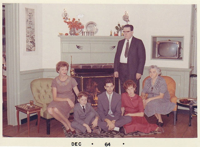 The day the Mitchell's brought grandpa Mel home from the taxidermist ~ 33 Awkward Funny Family Photos