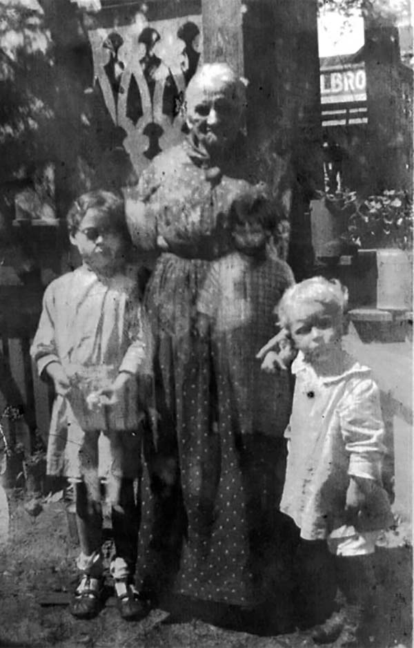 scary old grandma with grandchildren ghost ~ old creepy photos