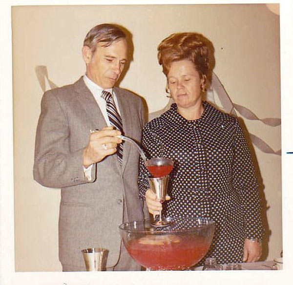 It was obvious to everyone that things were about to get out of hand. … ~.~ ... Funny Awkward family photos, vintage snapshots, holiday party
