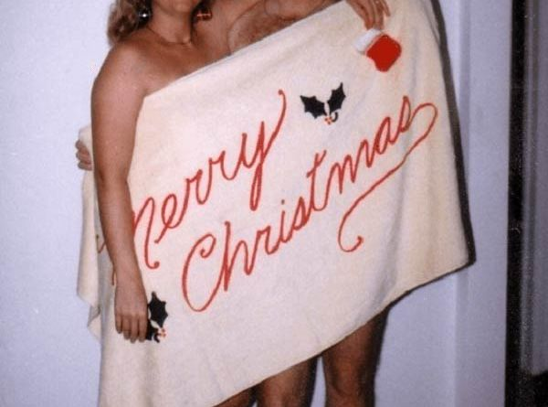 31 Awkwardly Funny Family Christmas Photos~ couple wrapped in towel