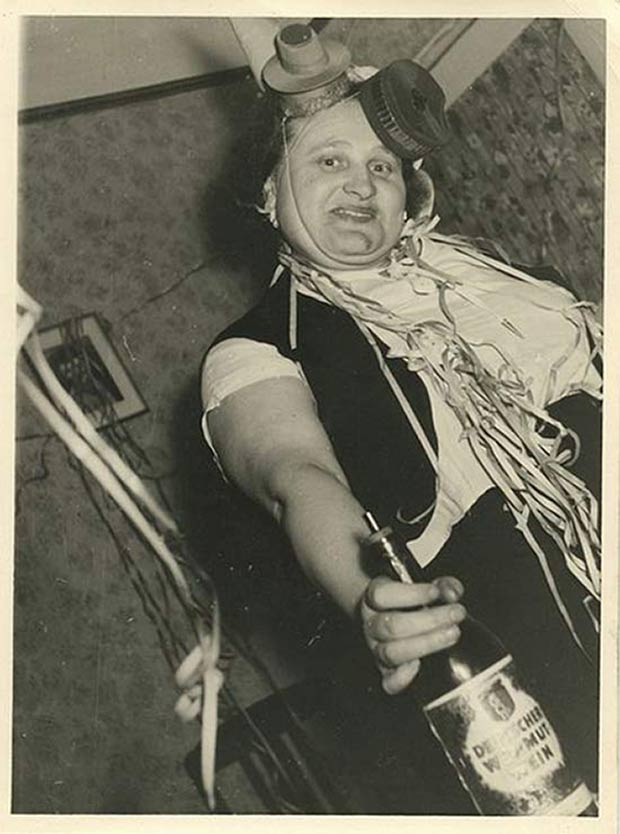31 Awkwardly Funny Family Christmas Photos~ vintage snap drunk girl New Years party