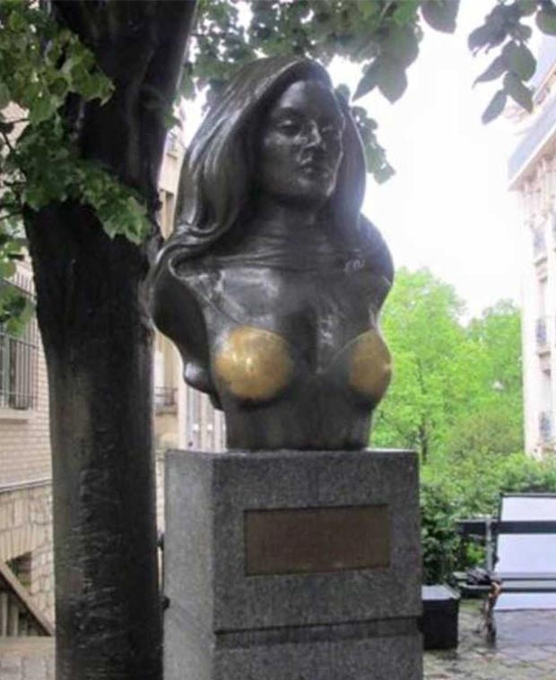 33 Funny Memes and Pics to Release Your Inner Humor ~ bronze statue woman boobs shine