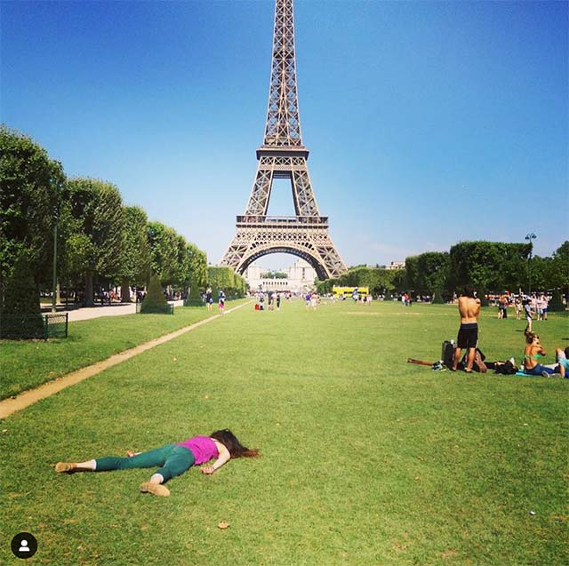 33 Hilarious Anti-Selfies of Woman Dying at Famous Landmarks