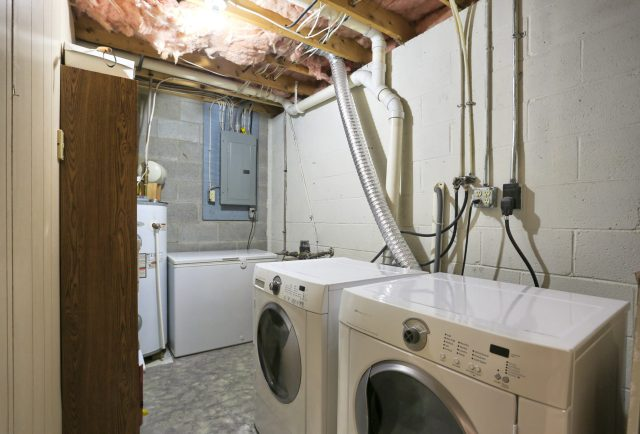 594 Cloverbrook Dr - laundry area
