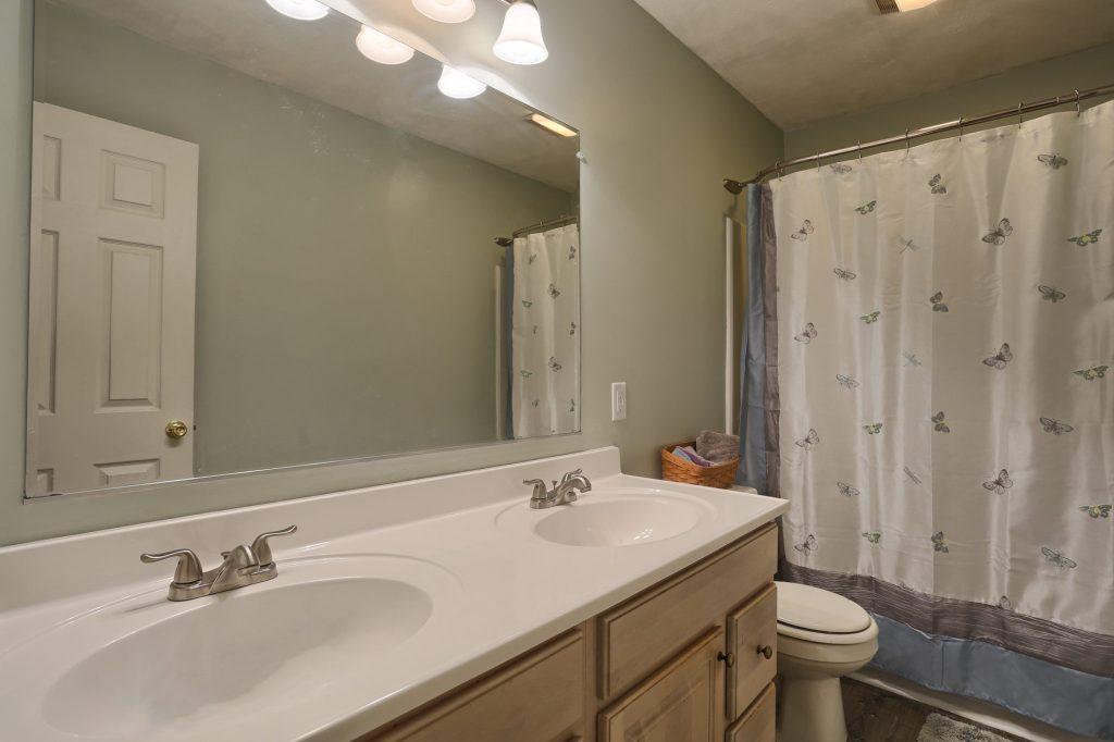 594 Cloverbrook Dr - bathroom