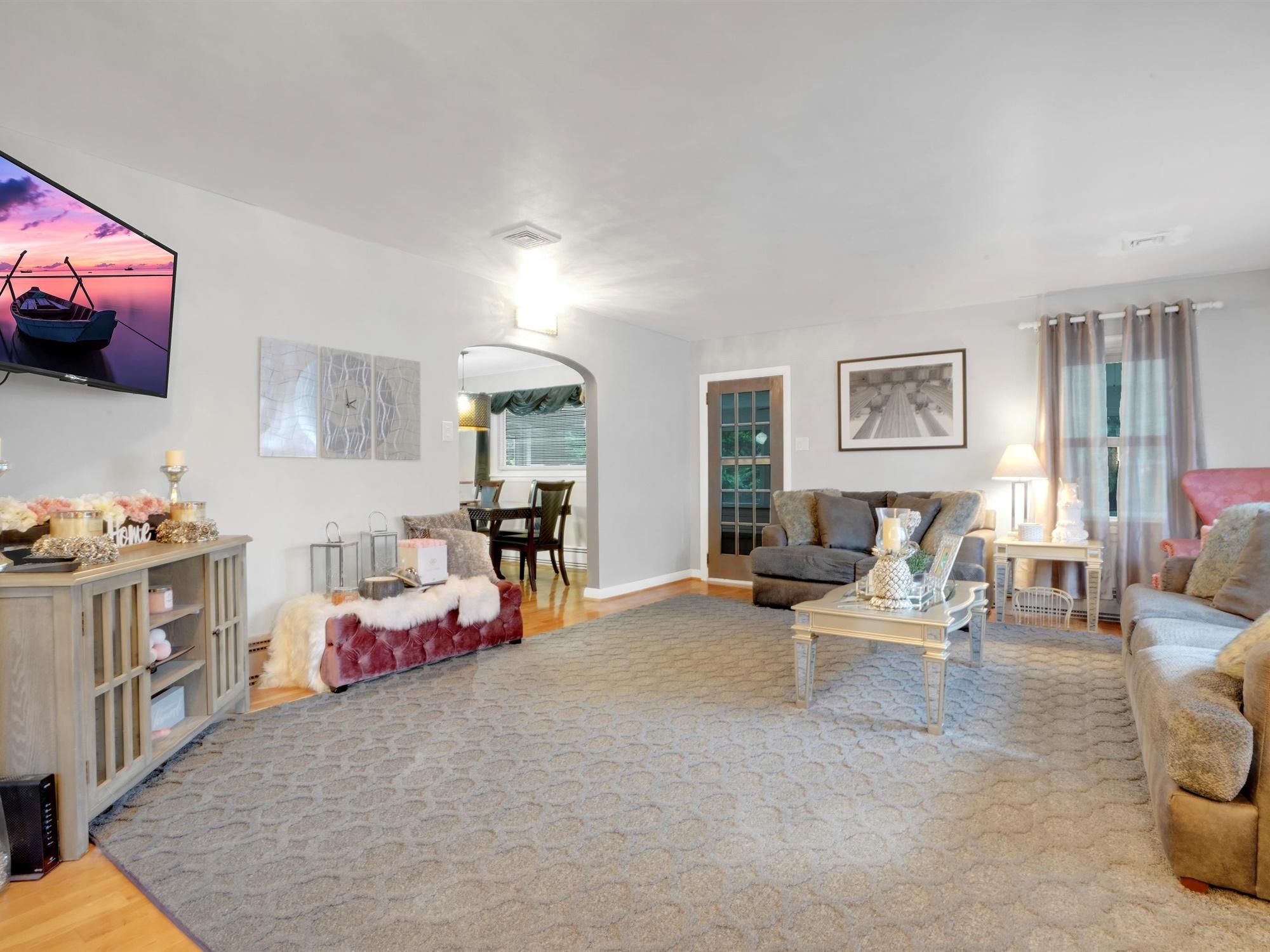 2022 Kline ST - SUnny living room