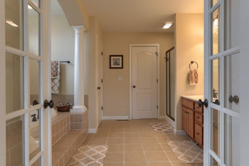 2000 Mallard Lane - spacious en-suite bathroom