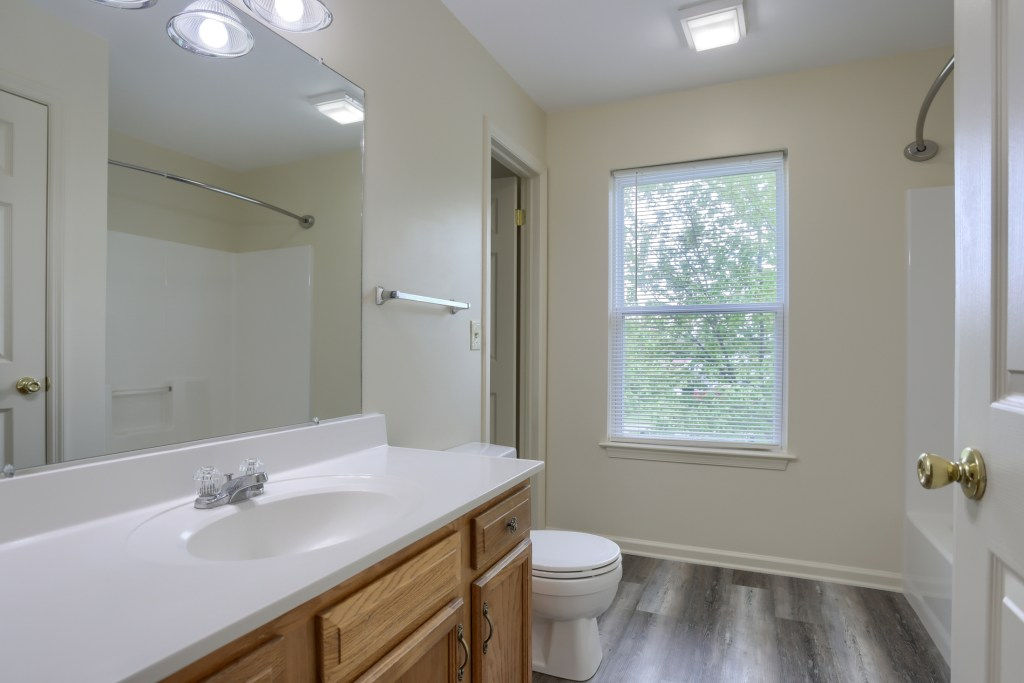 25 Tiffany Lane - full bathroom