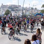 Espectacular puesta de largo de la Vuelta a Ibiza en MTB