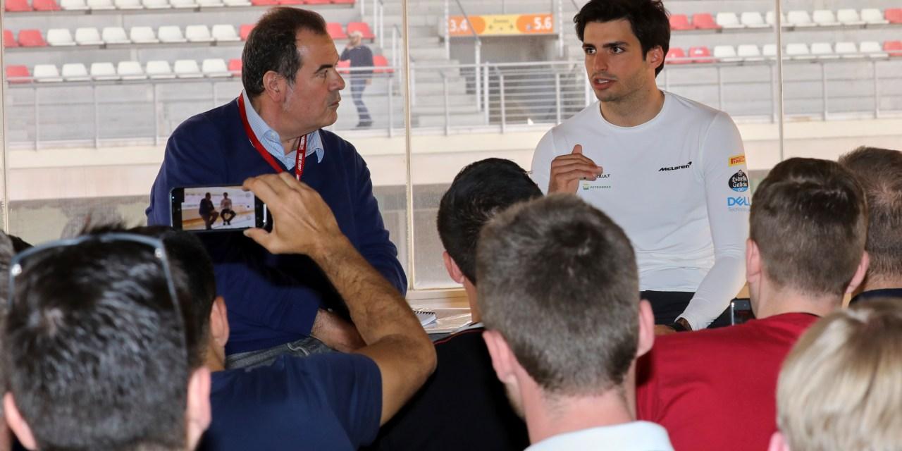 La visita solidaria con Carlos Sainz reúne a 11 nacionalidades distintas en el Circuit