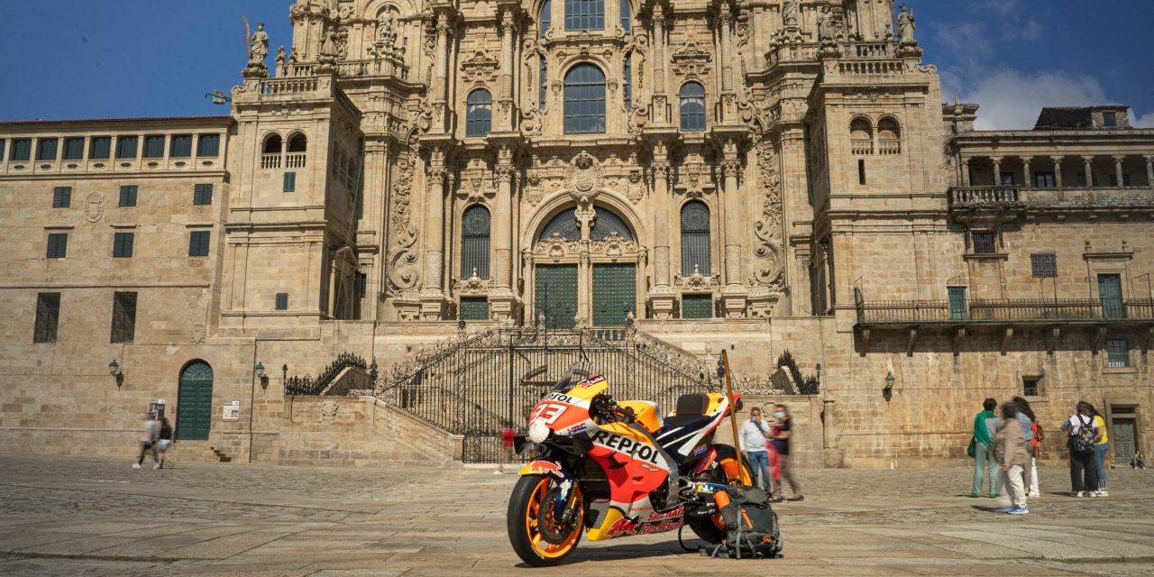 La moto de Marc Márquez finaliza su peregrinaje a Santiago