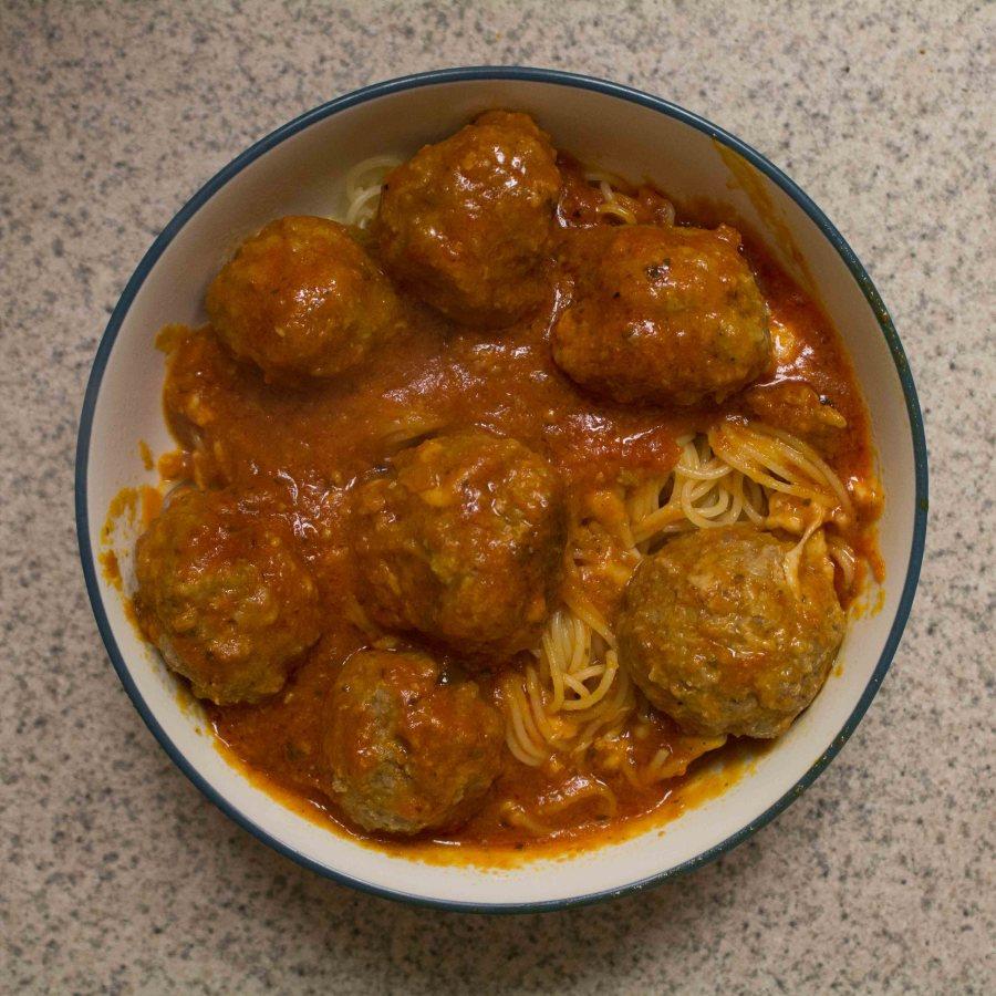 These mozzarella-stuffed meatballs are a killer dinner option! | Teaspoon of Nose