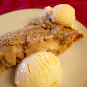 Streusel Caramel Apple Pie has everything you want in an apple pie, but kicks it up a notch with more oozy goodness inside and a sweet streusel topping! | Teaspoon of Nose