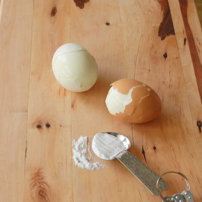 #HealthyKitchenHacks: Easily Peel Hardboiled Eggs | TeaspoonOfSpice.com