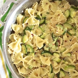 his summer pasta dish is a delicious, nutritious and easy way to use up your extra zucchini. | Teaspoonofspice.com