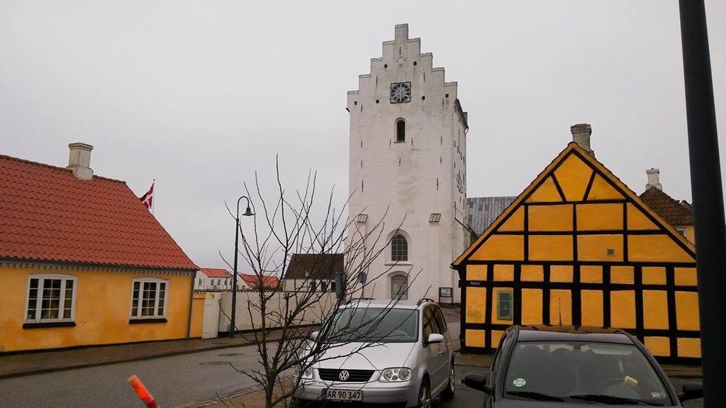 Besøger smukke Sæby, hvor vi fik frisk røget fisk, krammede familien Tougaard, sang for en papegøje og besøgte kirken