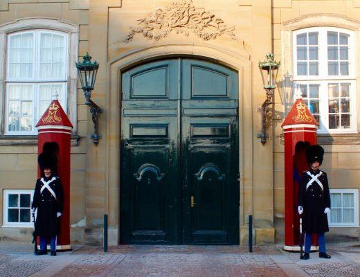 Vagtskiftet på Amalienborg, amalienborg, livgarden, den danske livgarde, rejseblogger, købenahvn blog, blog om københavn, rejseblog om københavn, gratis oplevelser i københavn, københavn gratis oplevelser,