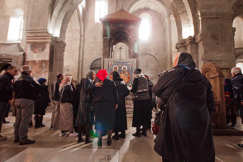 Mtskheta, Mtskheta kirke, Mtskheta katedral, Mtskheta gerogien, dagsudflugter fra tbilisi, Tbilisi udflugter, oplevelser i Georgien, seværdigheder i gerogien, seværdigheder Mtskheta, Mtskheta seværdighed, ortodoks gudstjeneste,