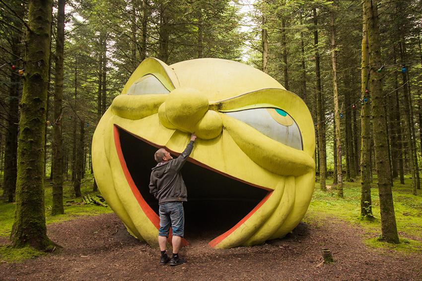 Deep forest art land, kunst i skoven, kunst skov jylland, jylland kunst skov, gul smiley i skoven, skulptur skov, skov med skulpture, herning seværdigheder, kibæk skov, kunst skov i herning, herning skov med skulpture