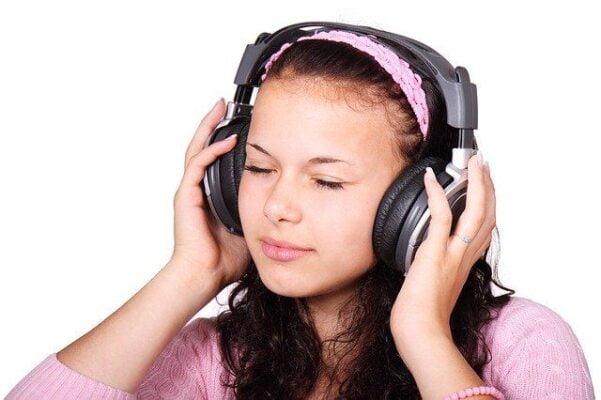 chica con audífonos