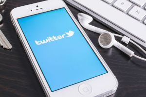 Twitter introduces 'quote tweet' for re-tweeting with comment tecake