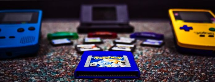 pokemon-blue-cartridge-gameboy-color-advance-ds-comparison-lying-ground