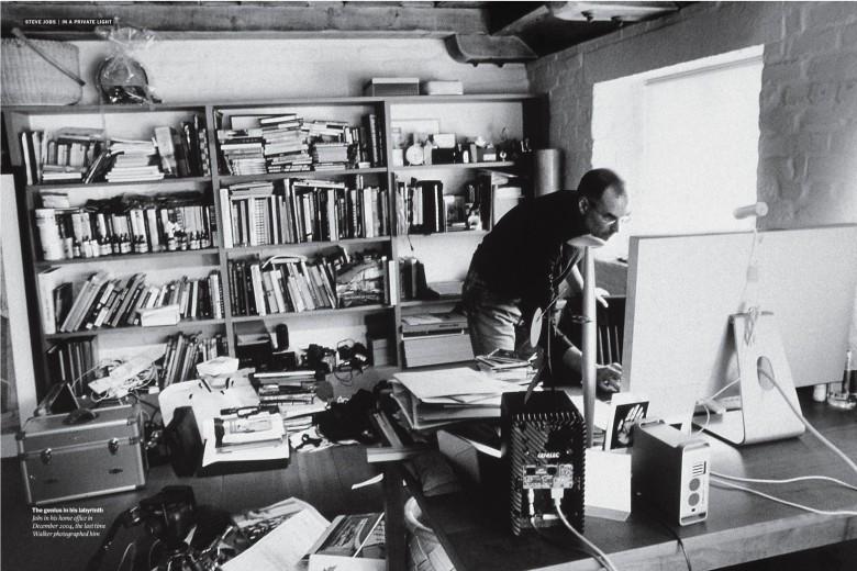 Ο Steeve Jobs στο γραφείο του σπιτιού του.