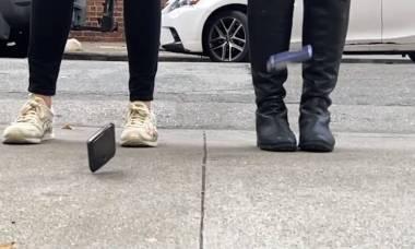 Site faz teste de resistência com Moto Razr e Galaxy Z Flip