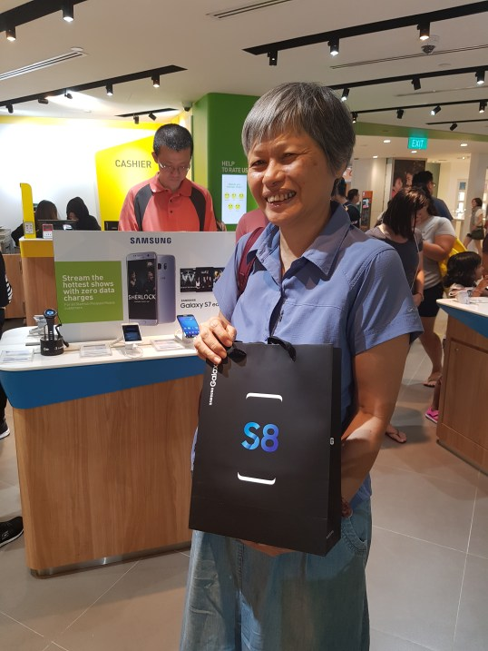 One of the first customers to receive her Galaxy S8 at StarHub at Plaza Singapura