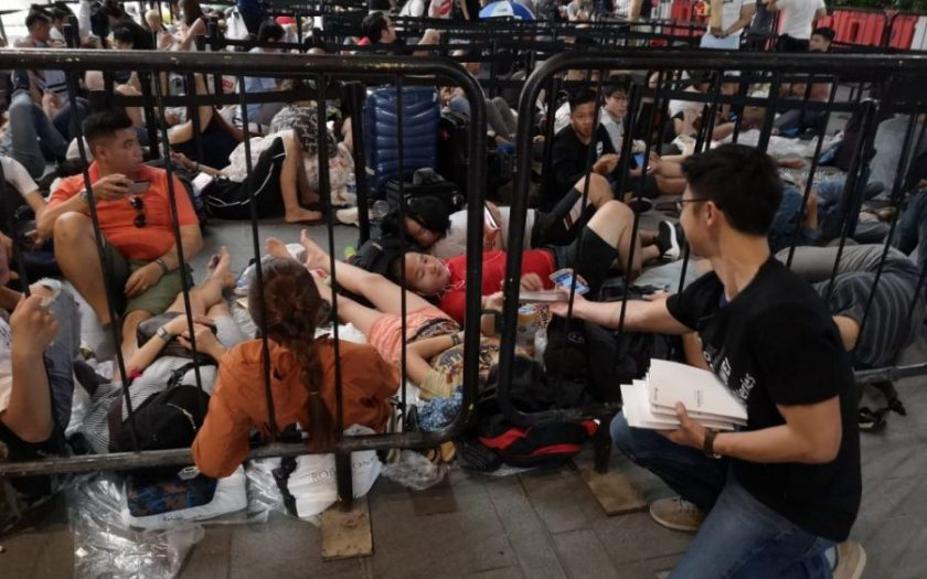 Huawei gives out power bank to people queuing for new iPhone