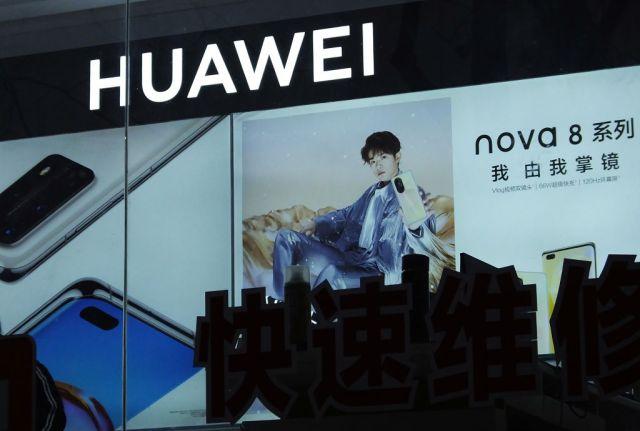 YICHANG, CHINA - JANUARY 25, 2021 - A Huawei mobile phone shop and signboard are seen in Yichang, Hubei province, Jan 25, 2021.- PHOTOGRAPH BY Costfoto / Barcroft Studios / Future Publishing