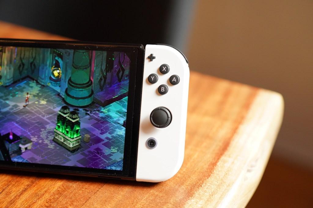 Nintendo Switch OLED sobre una mesa.