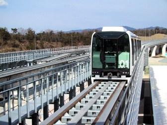 http---upload.wikimedia.org-wikipedia-commons-3-30-Linimo_approaching_Banpaku_Kinen_Koen,_towards_Fujigaoka_Station