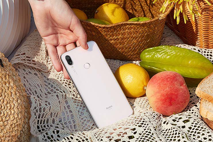 Novità per Redmi Note 7 di Xiaomi che propone il bianco lunare
