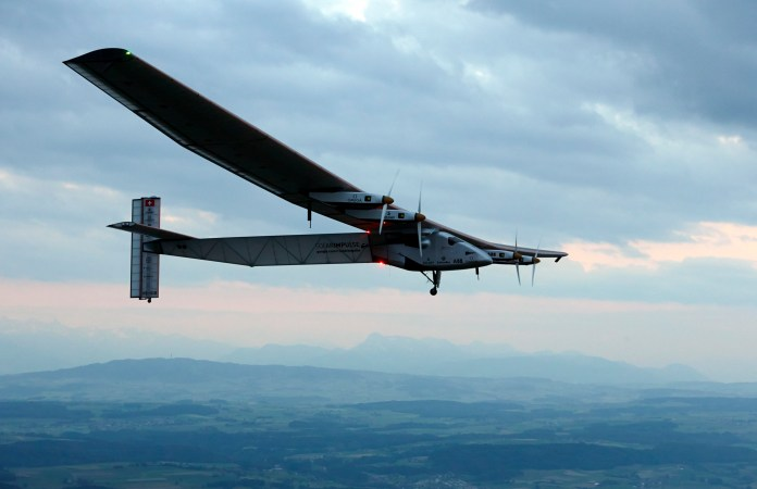 Solar Impulse 2 යානය (AP Photo/Denis Balibouse,Pool)