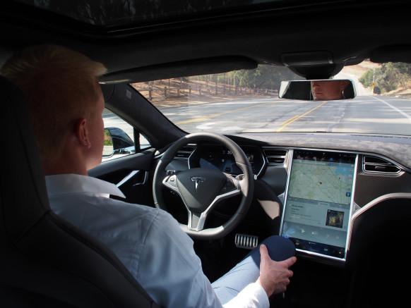 테슬라, 무선 소프트웨어 업그레이드를 통해 자동 운전 기능 추가.