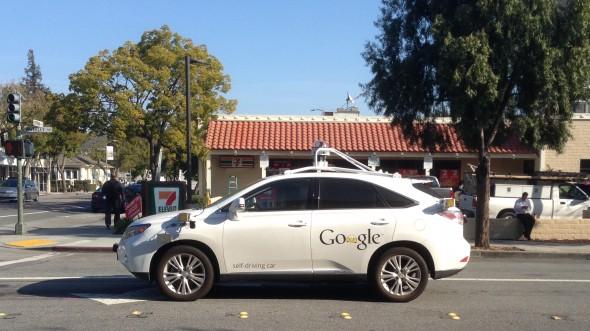 구글 무인 자동차, 처음으로 버스와 충돌하는 사고를 내다.